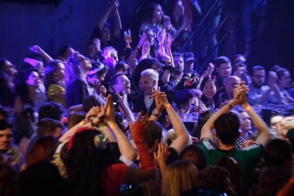 Mark Renton (Ewan McGregor) and Simon (Jonny Lee Miller) at nightclub in TriStar PicturesÕ T2 TRAINSPOTTING