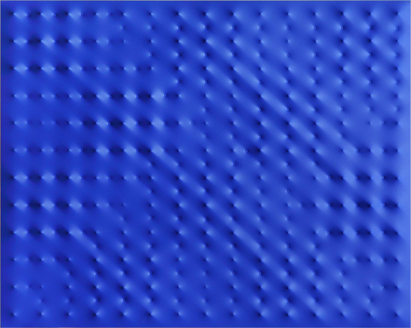 Enrico Castellani Superficie blu (2010) © Archivio Enrico Castellani. || Fotografia di ©Lorenzo Wirz Castellani