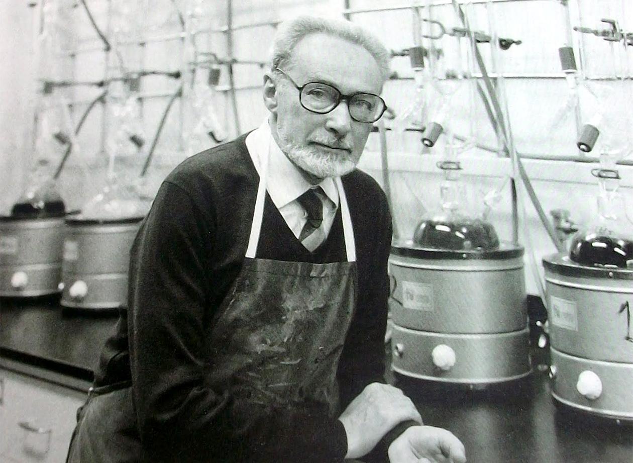 Primo Levi nel laboratorio della Siva (1985). Foto ©Collezione Bernard Gotfryd