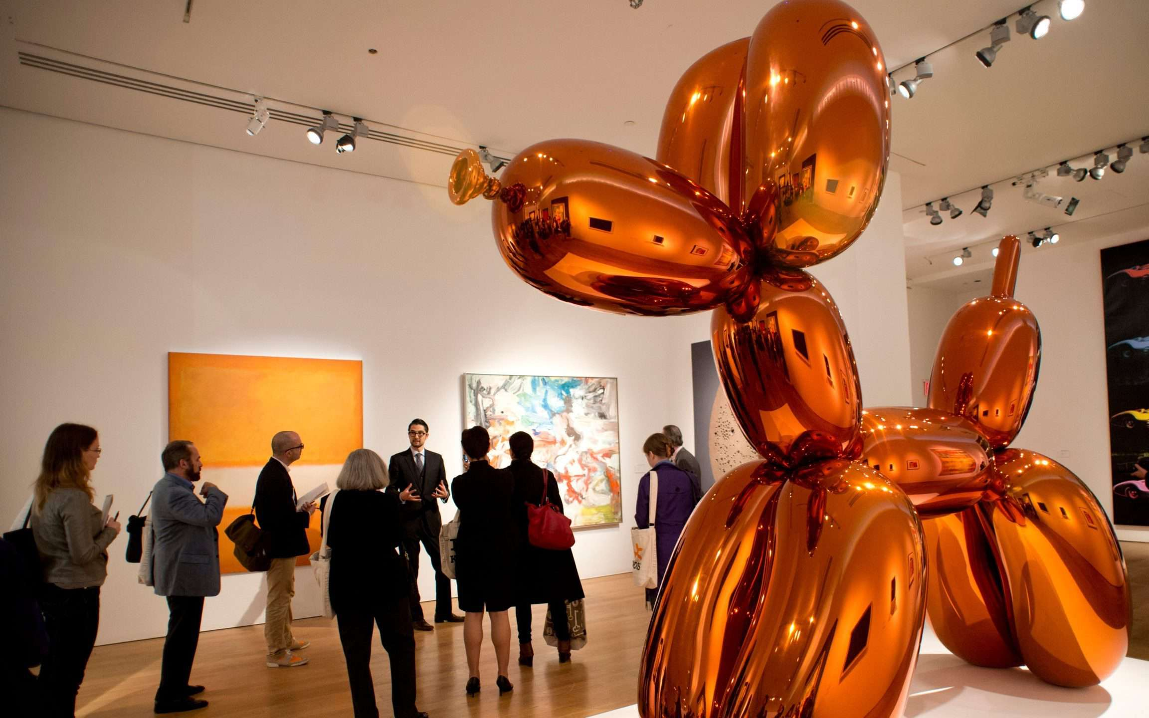 Jeff Koons Dog Balloon (Orange) (1994-2000). Venduto nel 2013 per oltre 53 milioni di dollari. ©Jeff Koons