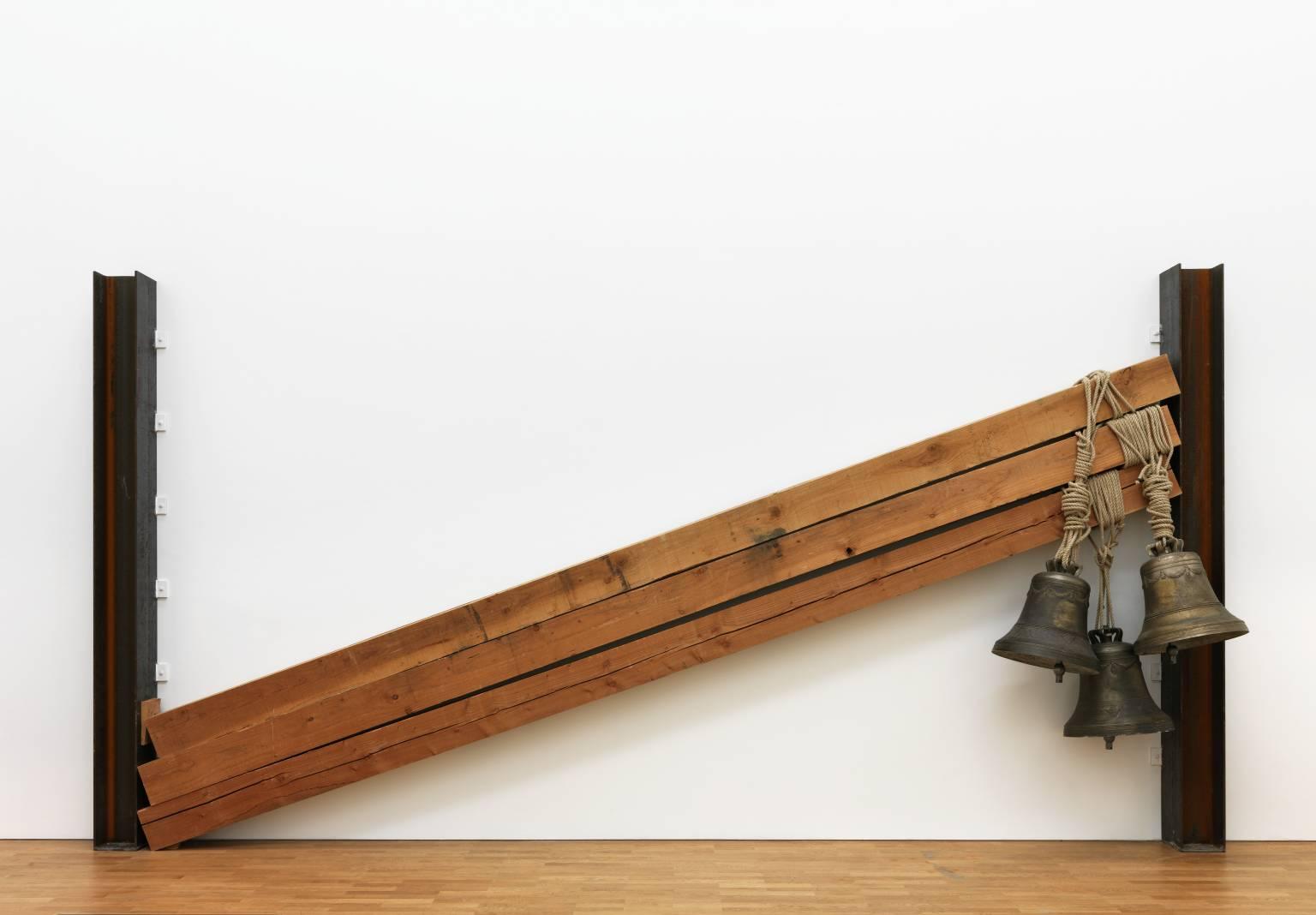 Jannis Kounellis Campane (1993). Tate Gallery, Londra