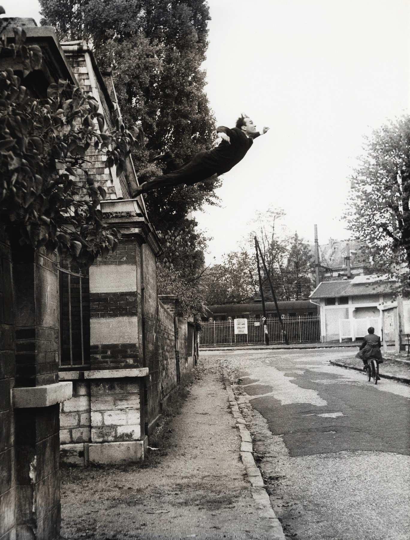 Yves Klein Il salto nel vuoto (1960). Foto ©Harry Shunk