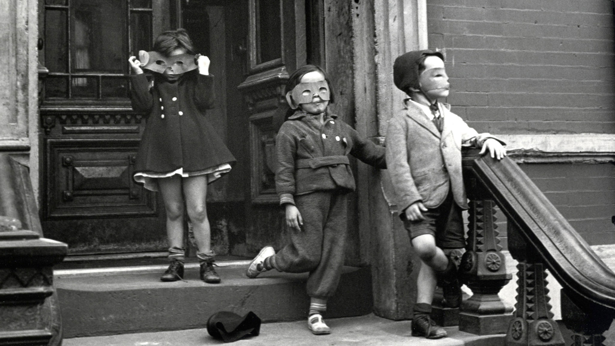 Helen Levitt New York.Three Masked Children on Stoop (1942). ©Galerie Thomas Zander, Cologne